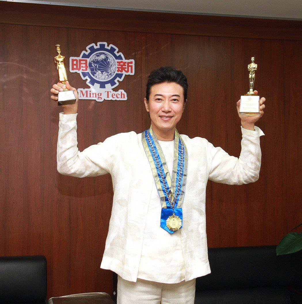 陳鴻榮獲馬來西亞「世界頂級廚師獎」及「最佳節目男主持人獎」兩項大獎。圖/明新科技