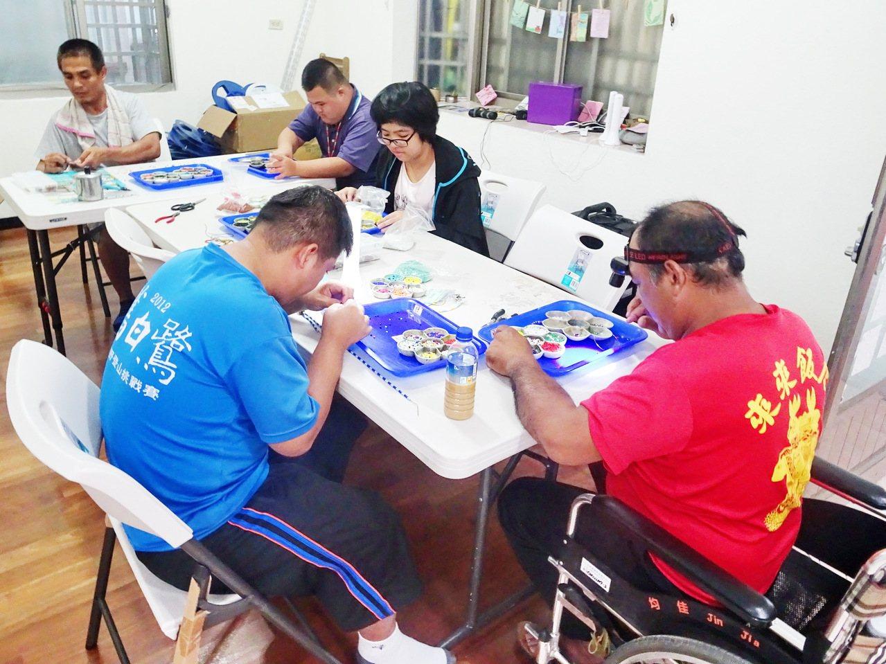 在白永恩基金會培訓下,南迴地區的13名身障者認真學習製作琉璃珠串。記者羅紹平/攝...