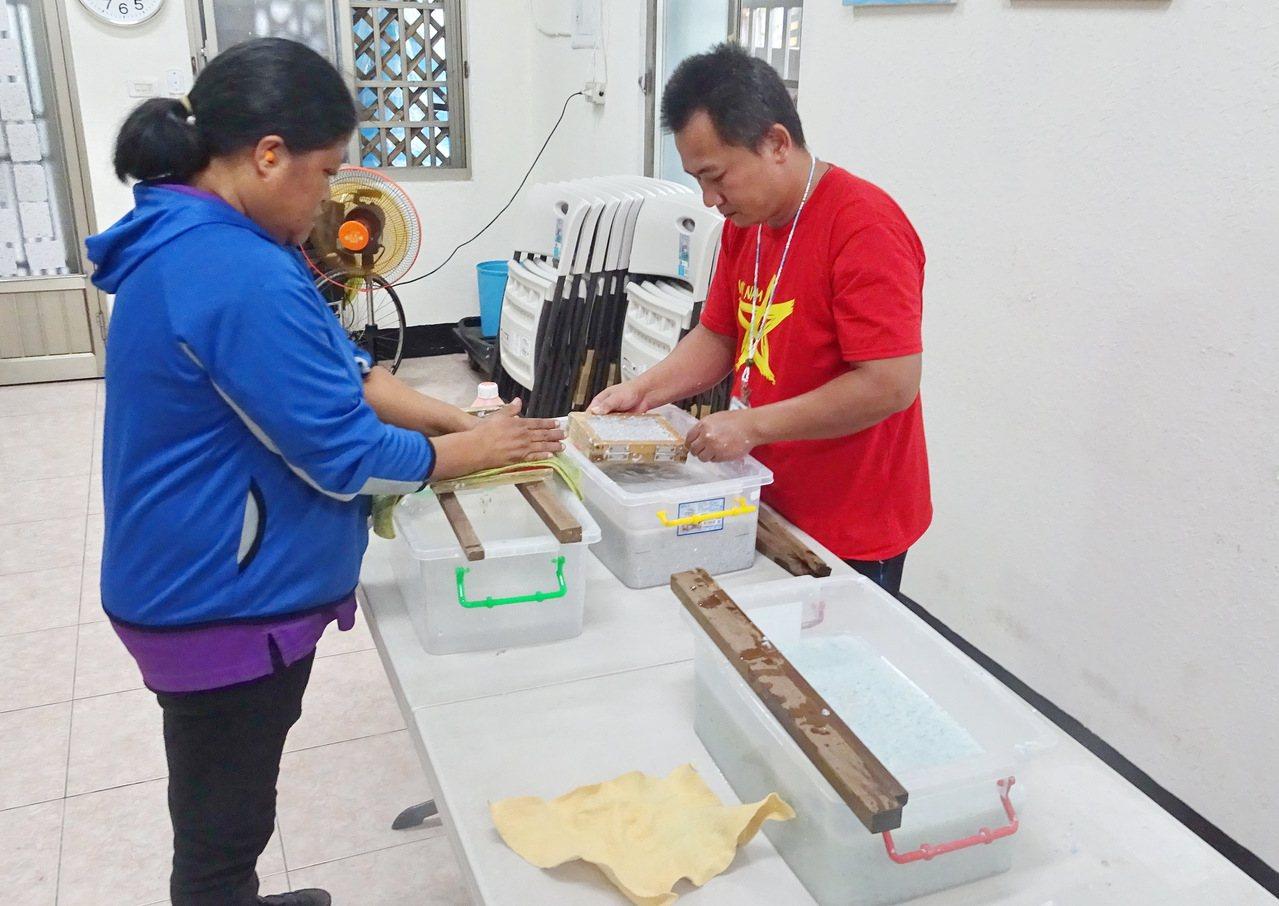 在白永恩基金會培訓下,南迴地區的13名身障者認真學習手抄紙製作。記者羅紹平/攝影