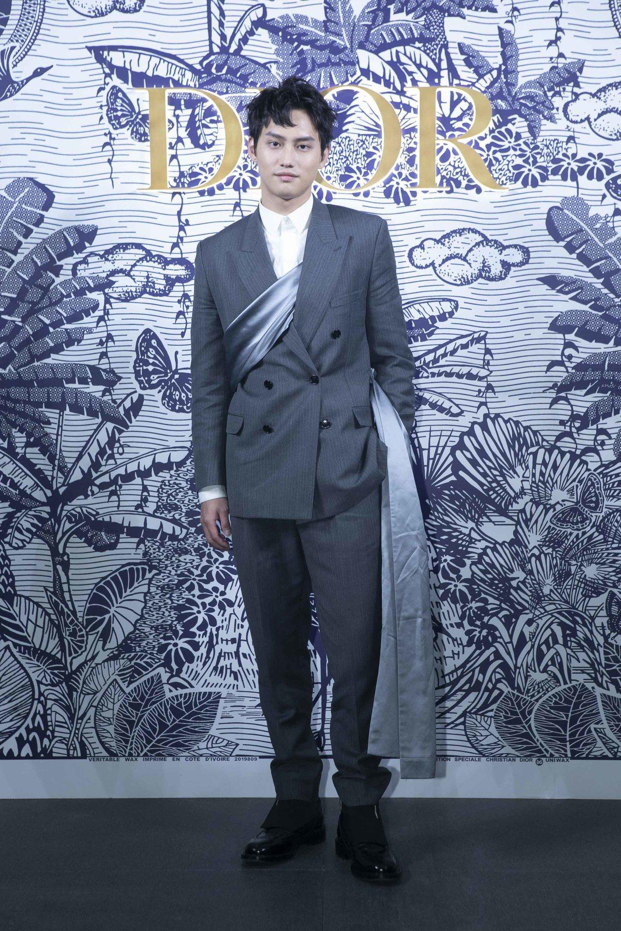 范少勳穿羊毛馬海毛帆布西裝外套(緞面垂墜披肩可拆卸)13萬5,000元、西褲34...