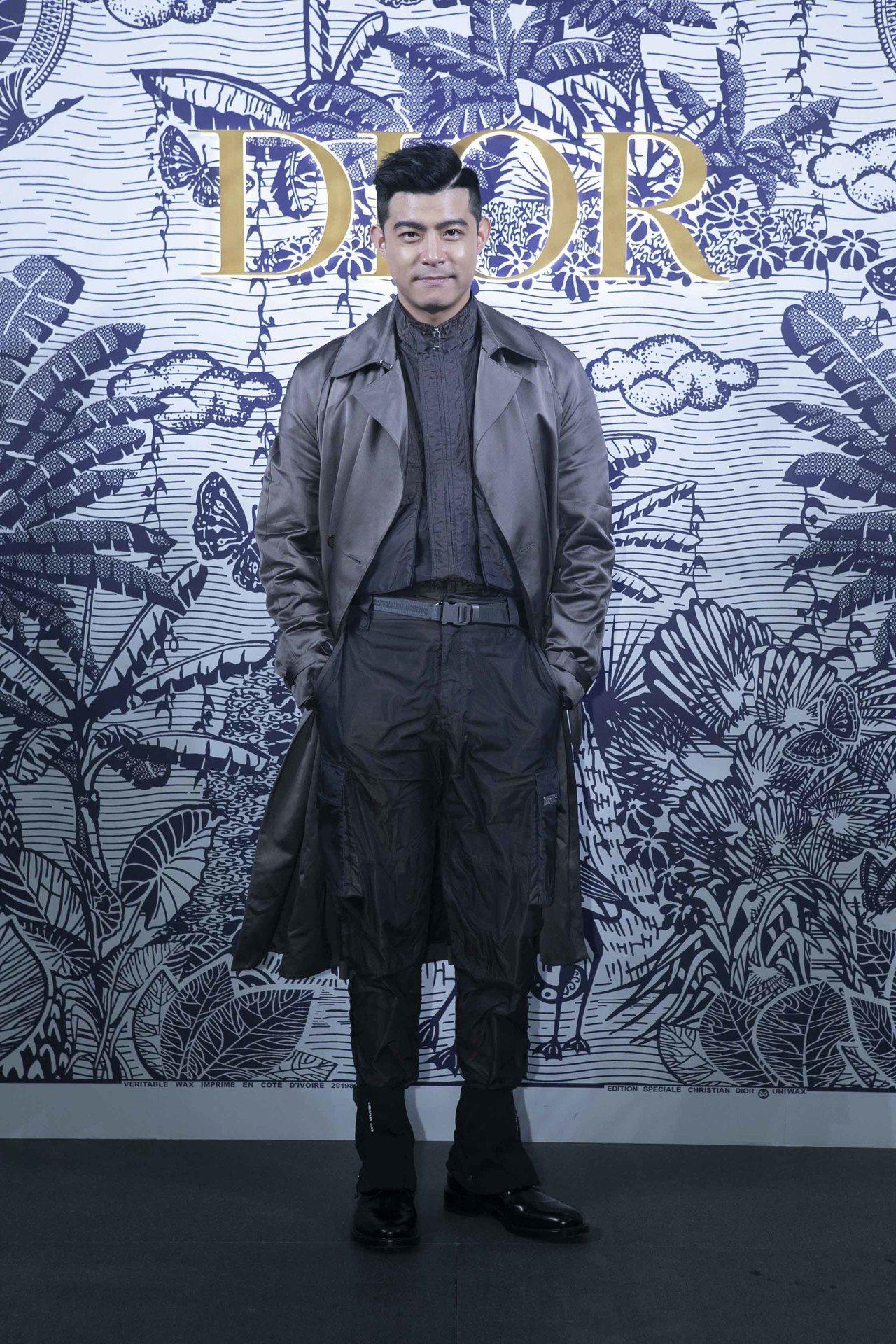 王柏傑穿緞面寬版風衣外套86,000元、光澤尼龍帆布裝飾夾克13萬元、工裝長褲4...