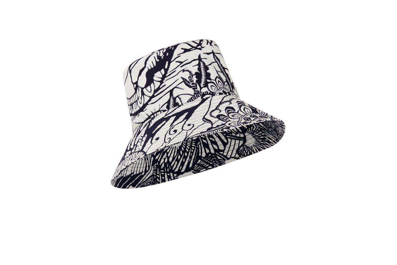 靛藍蠟染法式印花長簷漁夫帽,售價23,000元。圖/DIOR提供