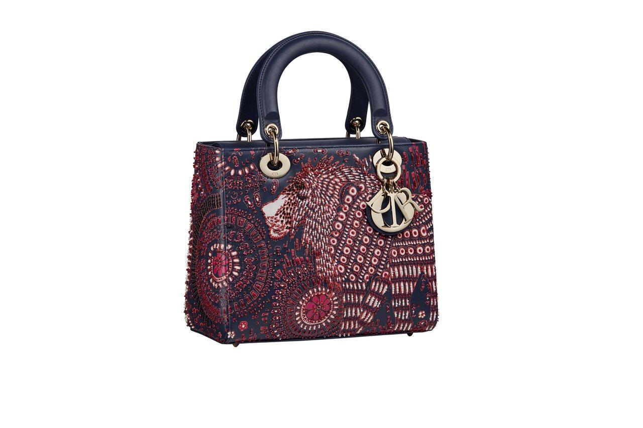 Lady Dior紫紅色獅子珠飾刺繡小牛皮中型提包,售價19萬元。圖/DIOR提...