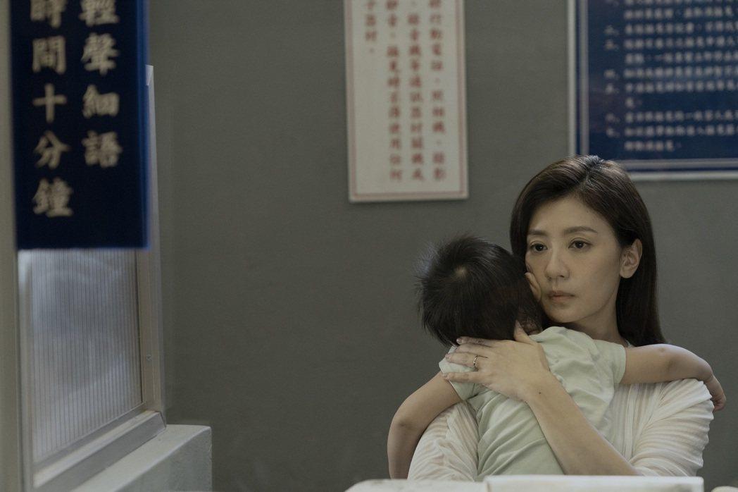 賈靜雯在「罪夢者」中抱著孩子探監戲,詮釋角色為愛糾結心境。圖/Netflix提供