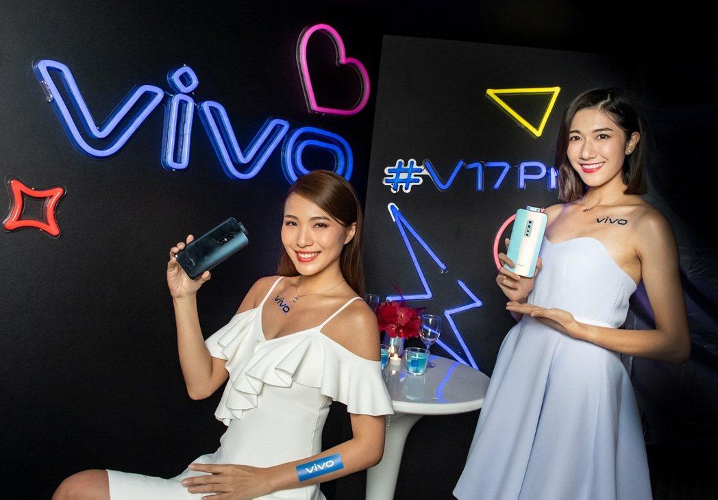 V17 Pro 為全球首款前置升降式雙鏡頭,支援雙向超廣角、超級夜景。vivo提...