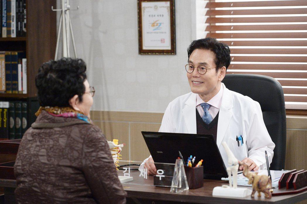 朴贊煥在「閃亮的恩秀」中飾演醫院院長。圖/緯來戲劇台提供