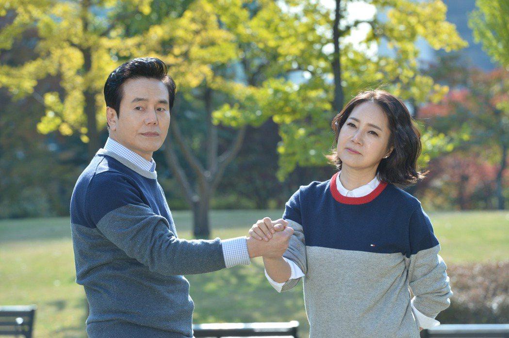 朴贊煥(左)與梁美京在「閃耀的恩秀」中談起黃昏之戀。圖/緯來戲劇台提供