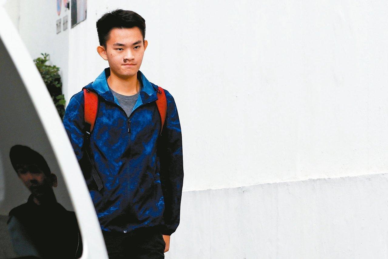 涉嫌在台殺害女友的港男陳同佳今天另案在港獲釋出獄。 路透