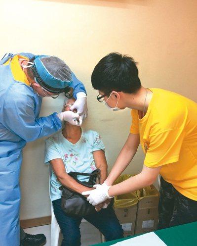 簡志成(左)帶兒子(右)一起去菲律賓義診。 記者鄭國樑/攝影、圖/簡志成醫師提供