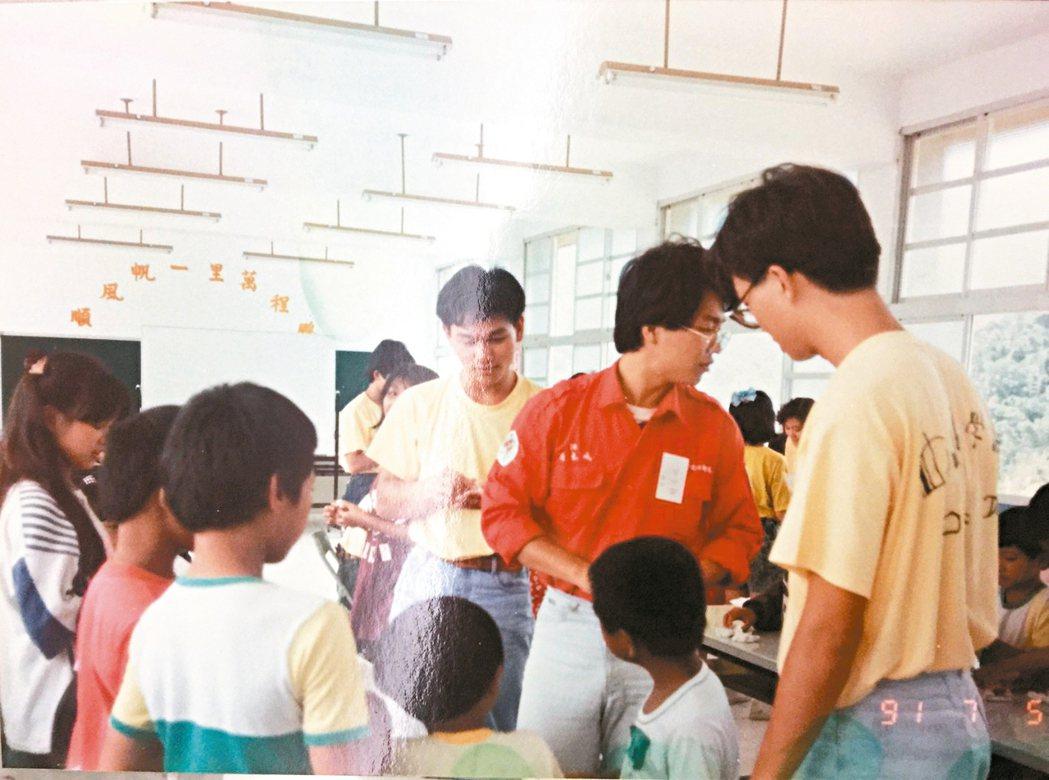 簡志成(紅衣服)就讀中山醫學大學牙醫系時,加入牙醫系特有的「口腔衛生推廣服務隊」...