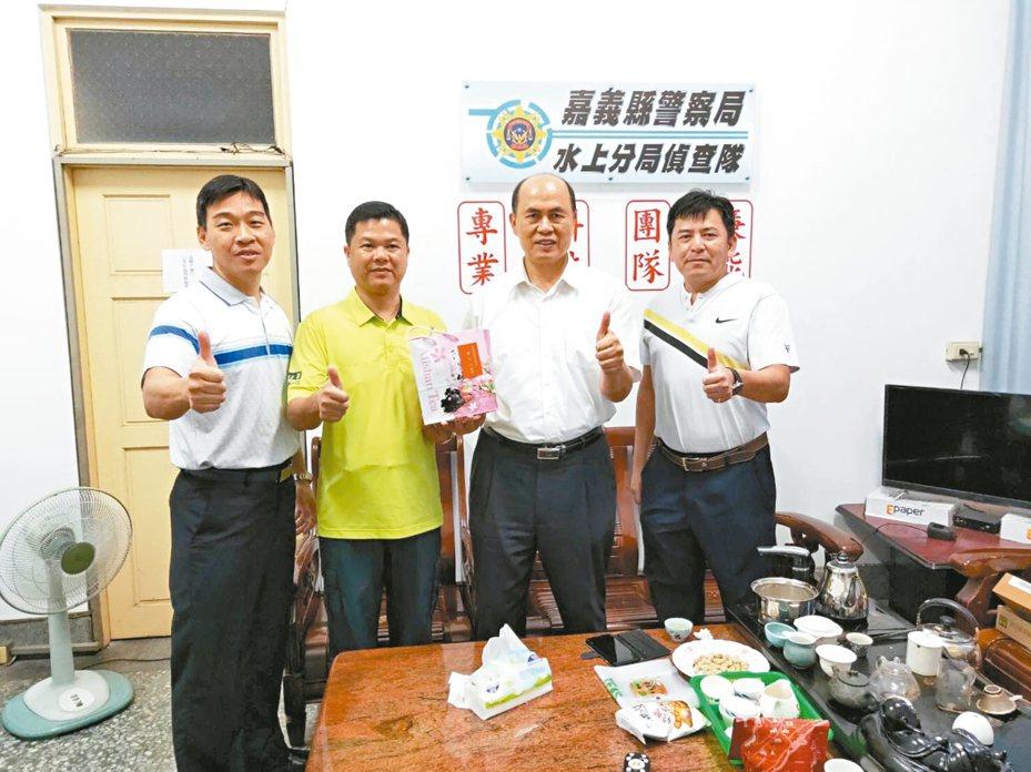 張永龍(左二)感謝嘉義縣警察局長廖宗山(右二)當時在現場坐鎮指揮,提供他安全感。 記者陳玫伶/翻攝