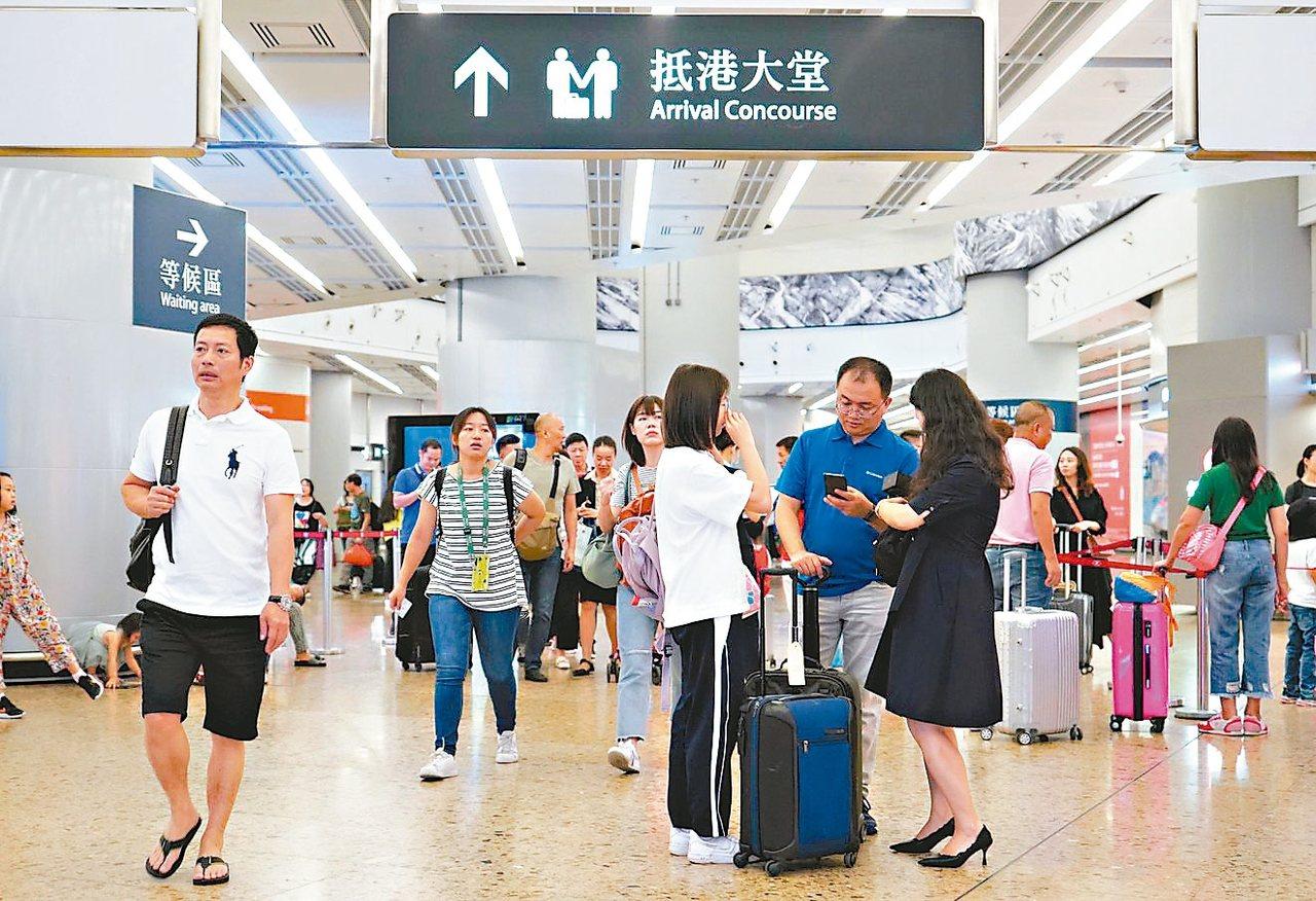 旅遊業受創,港府救觀光。圖為陸客搭高鐵抵港。 (中通社)