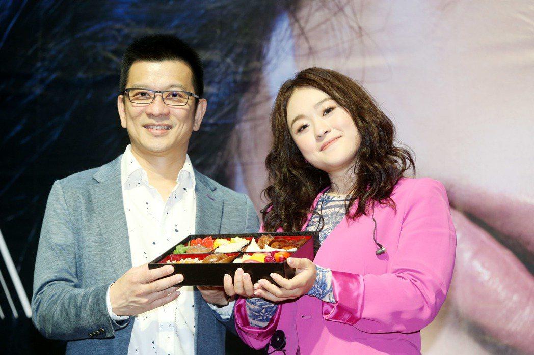 新人許莉潔舉行新唱片「不就範」發片記者會,老闆陳子鴻(左)來加油打氣送上許莉潔哥...
