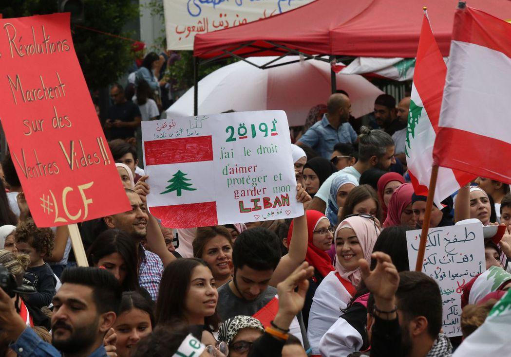 黎巴嫩反政府示威活動在23日邁入第7天,且蔓延至首都以外的西頓市。(法新社)