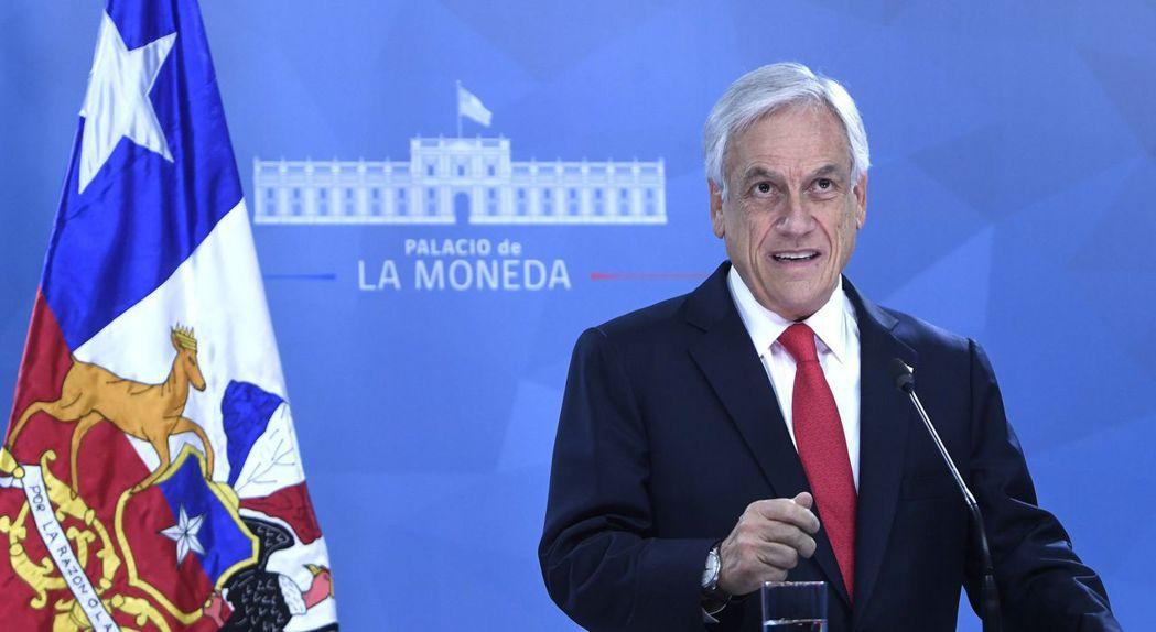 在示威持續5天後,智利總統皮內拉22日晚間在國家電視台道歉,並宣布一系列社會改革...