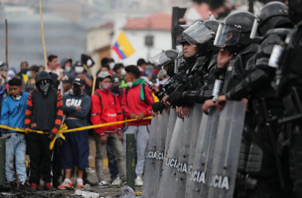 厄瓜多民眾日前在首都基多示威,和鎮暴警察對峙。(路透)