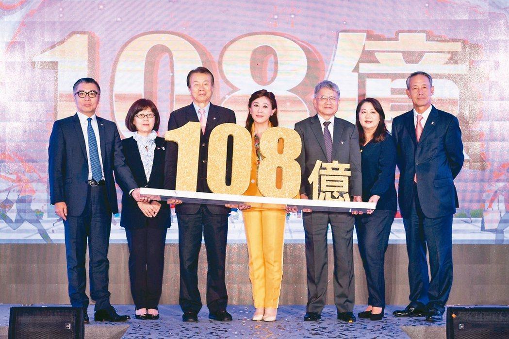 遠東SOGO今年周年慶檔期從11月7日起,董事長黃晴雯(左四)指出,今年業績目標...