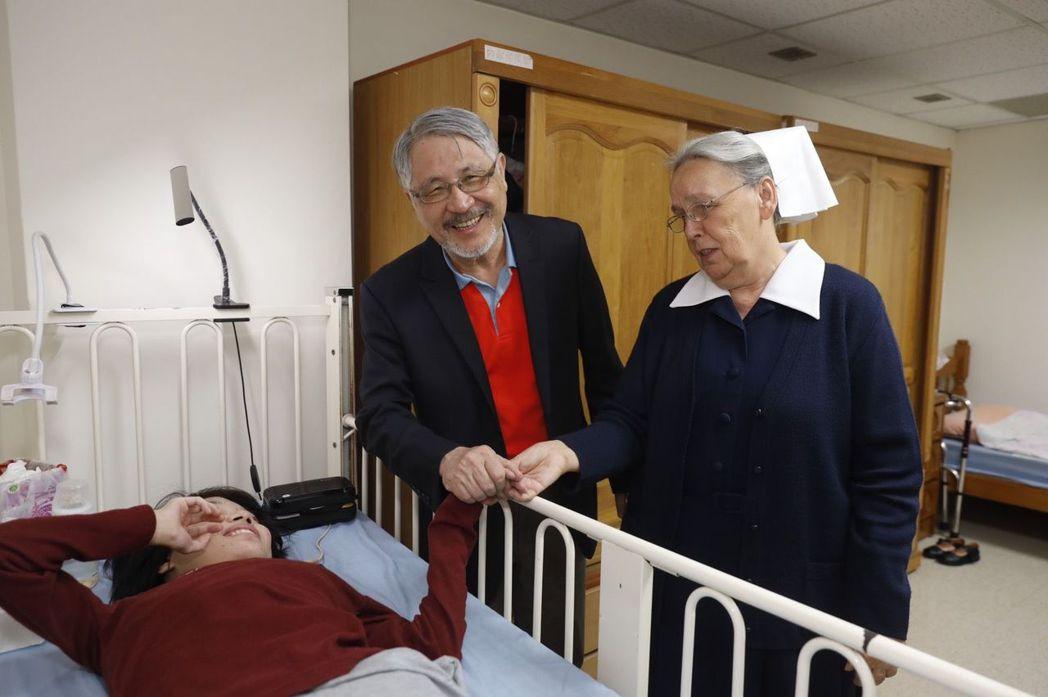 康信鴻董事長(左)在顧美玲宣教士陪同下探望畢士大教養院院生,關懷他們的生活並給予...