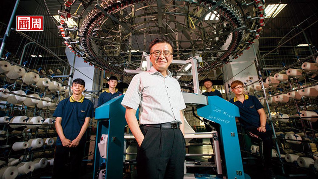 「東進西進不如上進,留在台灣,就必須把不可能變可能。」王堅倉(前)說。他背後的試...