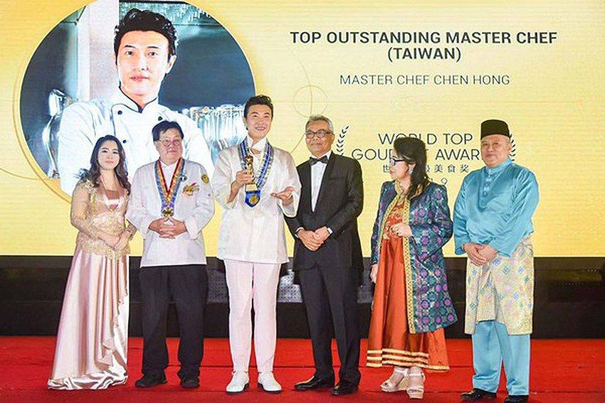 明新科大創意執行長陳鴻(左三)於馬來西亞獲世界頂級廚師獎及最佳節目主持人獎兩項大...