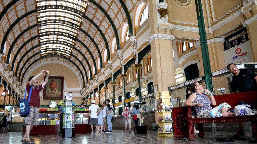 越南胡志明市的百年郵局內,掛著胡志明的畫像,是觀光客會前來朝聖的景點之一。 報系...