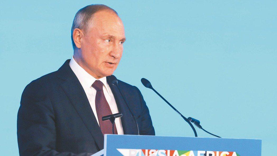俄羅斯總統普亭23日參加歡迎俄非高峰會出席人員的接待會。 路透