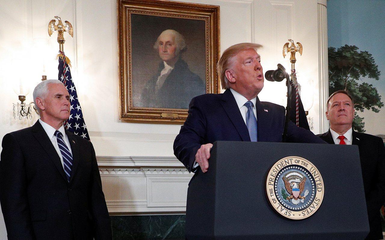川普由副總統彭斯和國務卿蓬佩奧陪同,在白宮宣布取消因土耳其揮軍敘北實施的制裁。 ...