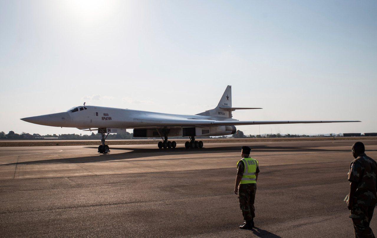 俄羅斯Tu-160戰略轟炸機降落在南非瓦特克魯夫空軍基地(Waterkloof ...