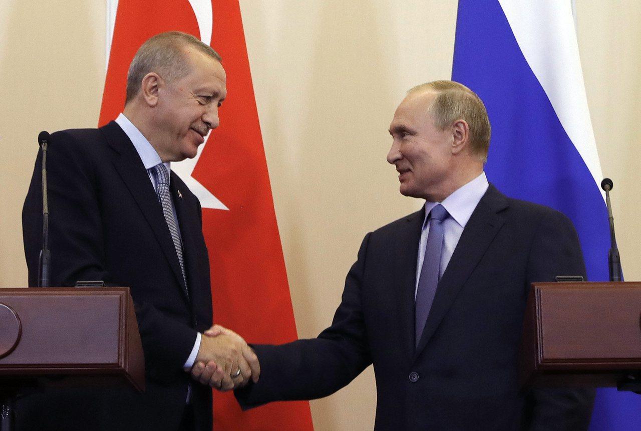 圖為俄國總統蒲亭(右)和土耳其總統艾爾段。 美聯社