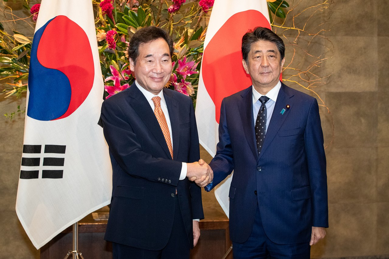 南韓國務總理李洛淵(左)今(24日)在東京會晤日本首相安倍晉三(右),並轉交總統...