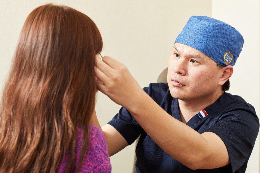 因為提眼肌手術難度相當高,患者除術前諮詢規畫時要和醫師一全盤溝通,同時也要透過過...