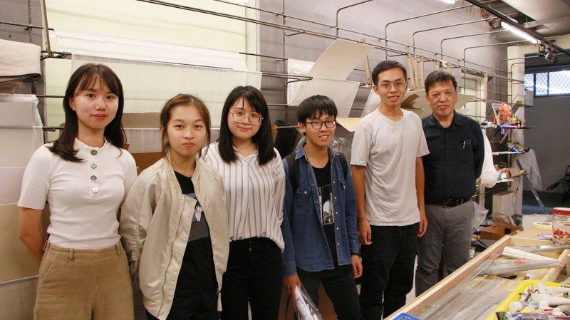 蚤市創辦人洪仲萱(左起)與系主任及各年級管理員一同合影。 成大/提供