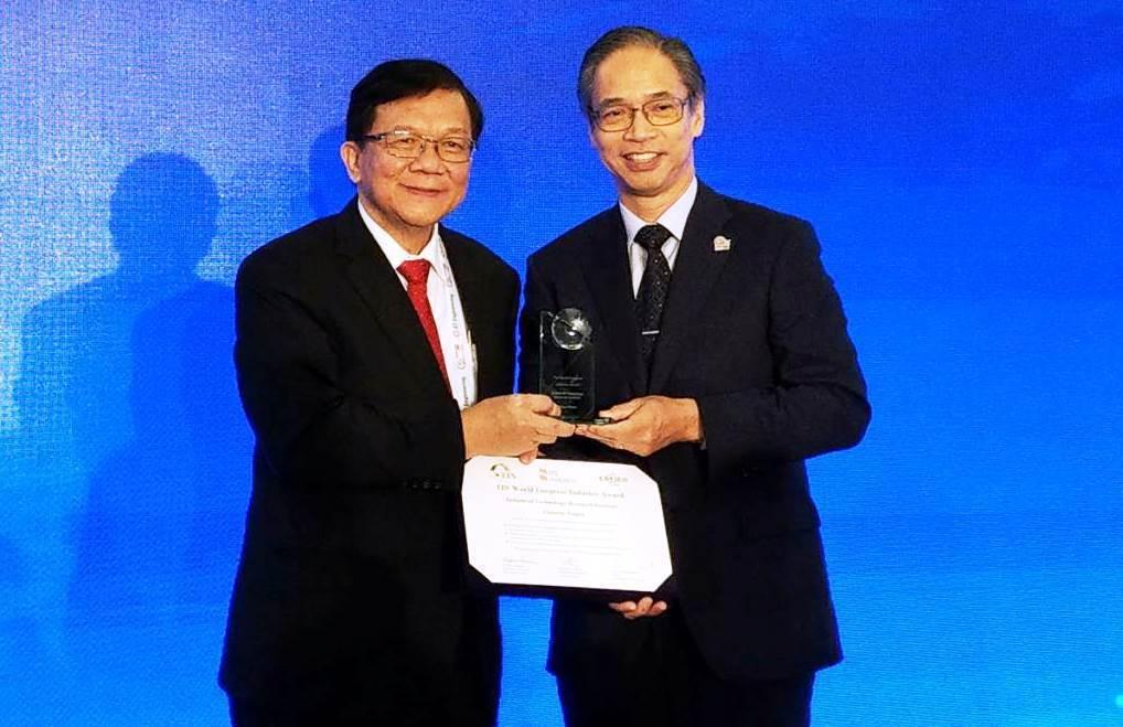 工研院董事長李世光(左),接受亞太ITS協會秘書長HajimeAmano頒發亞太...