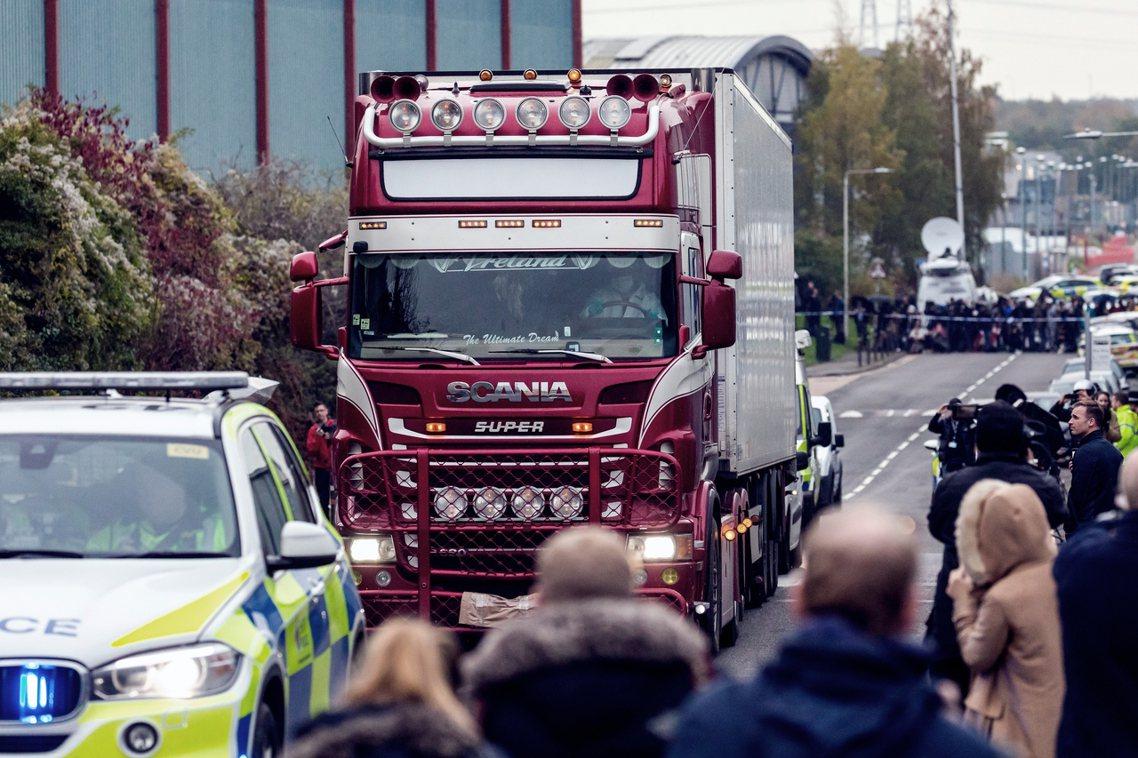 英國東部的埃塞克斯郡(Esse)在23日凌晨,一輛停靠在當地工業園區的貨櫃車,集...