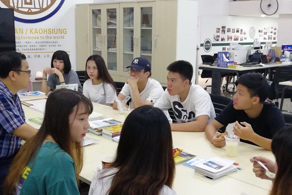 中國科大室設系老師訪視福建廈門實習同學進行座談,分享甘苦經驗。 校方/提供
