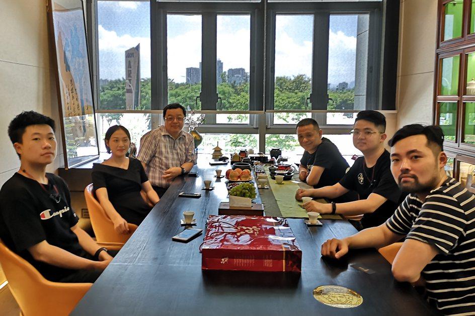 中國科大室設系老師訪視福建福州家飾,與負責人、設計師交流意見。 校方/提供