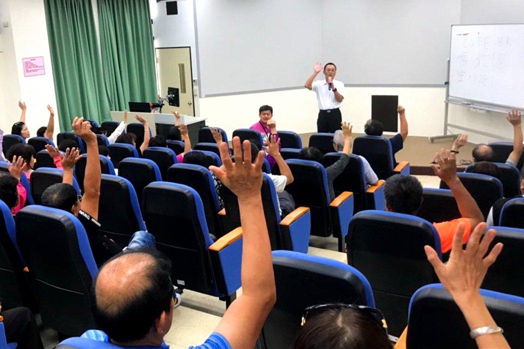 中國科大副校長廖憲文至大學進行代間學習,鼓勵學員活到老學到老。 校方/提供
