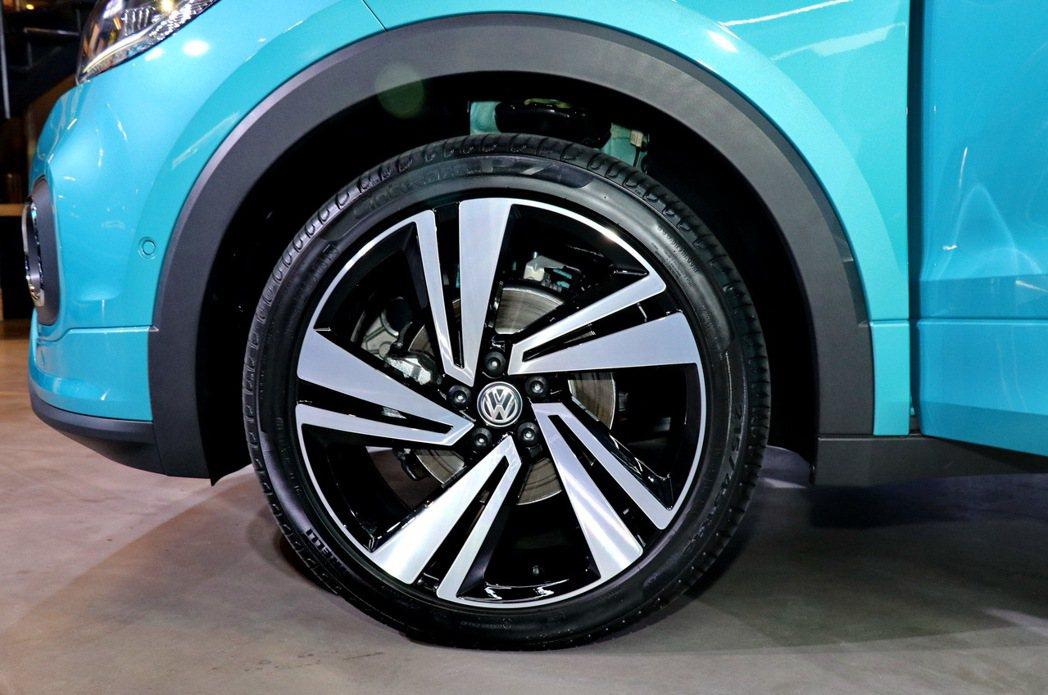 原廠也將提供不同尺寸的雙色輪圈滿足客戶多元的個性化需求。圖為R-Line車型輪圈...
