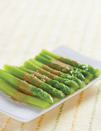 蘆筍所含的芸香素具有降血壓、保護血管、保持血管通暢的功效。 圖/臉譜出版提供