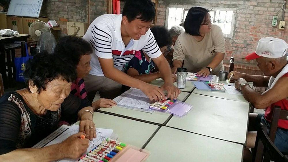 七夕情人節青年帶著長輩完成數字油畫。 圖/大有社區提供