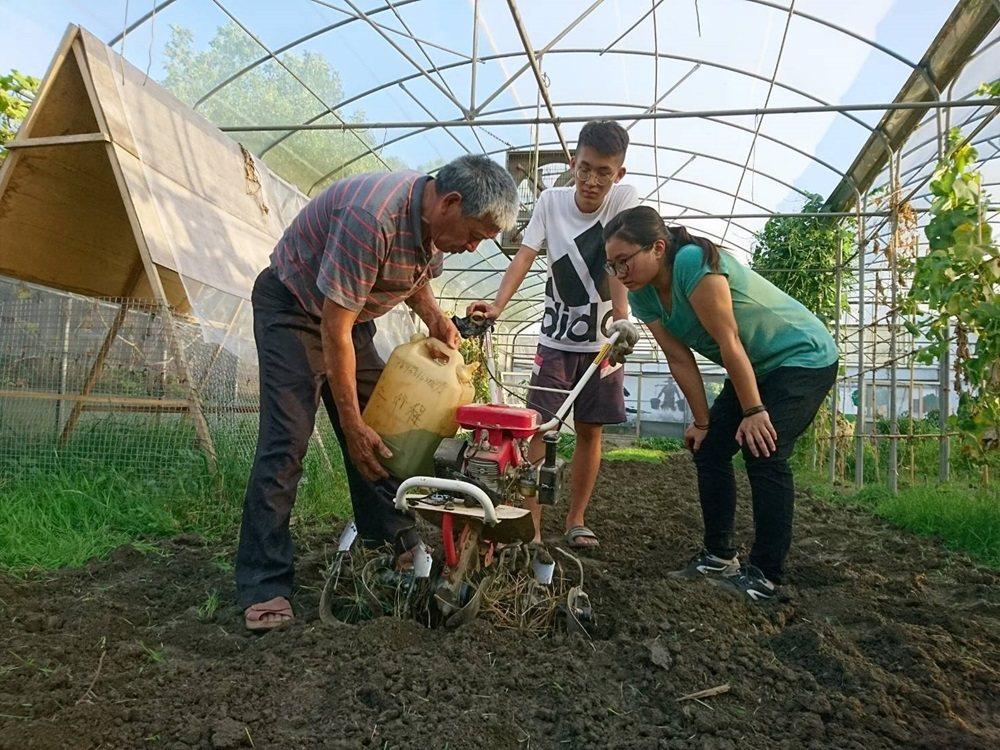 社區長輩只到青年操作耕耘機。 圖/大有社區提供