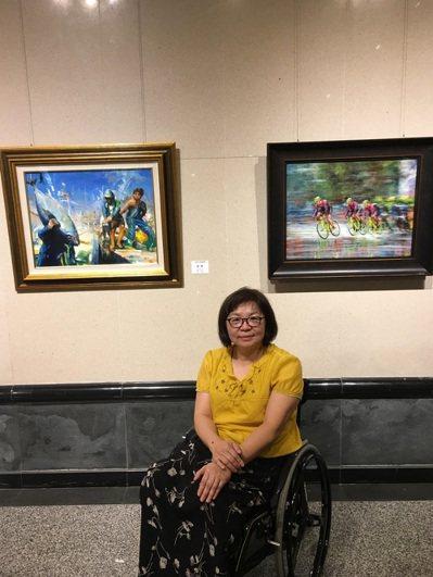 身障畫家洪嫻柔和她的畫作。 圖/洪嫻柔提供