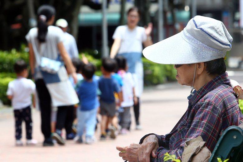國發會預估,2026年高齡人口將超過20%,正式進入「超高齡人口社會」。 圖/聯...