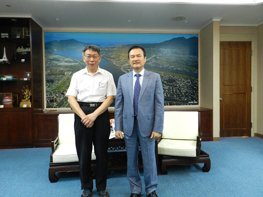 理財周刊發行人洪寶山(右)、台北市長柯文哲(左)
