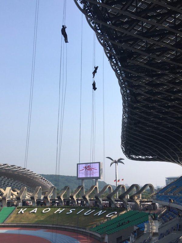 圖/Jenny Huang。每位隊員需透過上升器徒手向上攀登