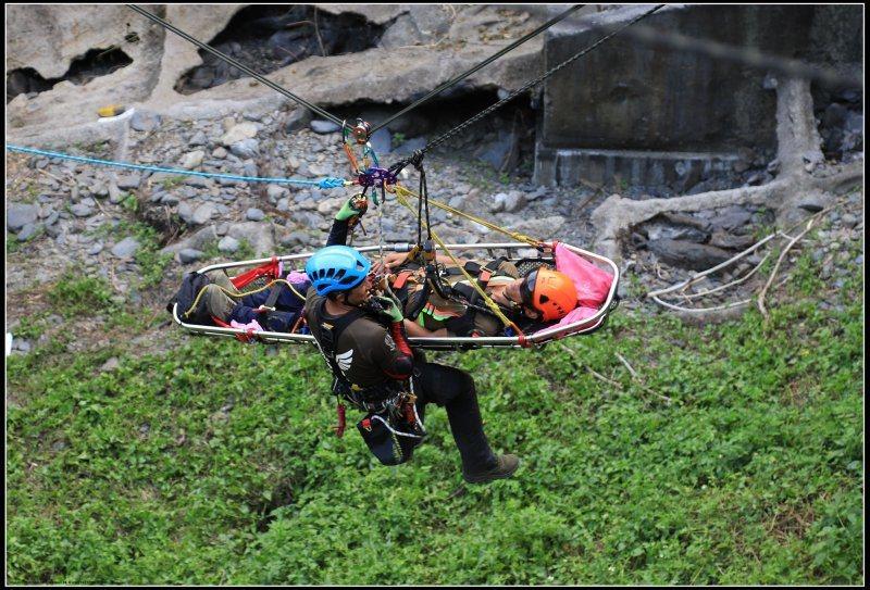 圖/Clark Li。隊員需要在野外環境架設固定點,將模擬傷患移至指定安全位置。...