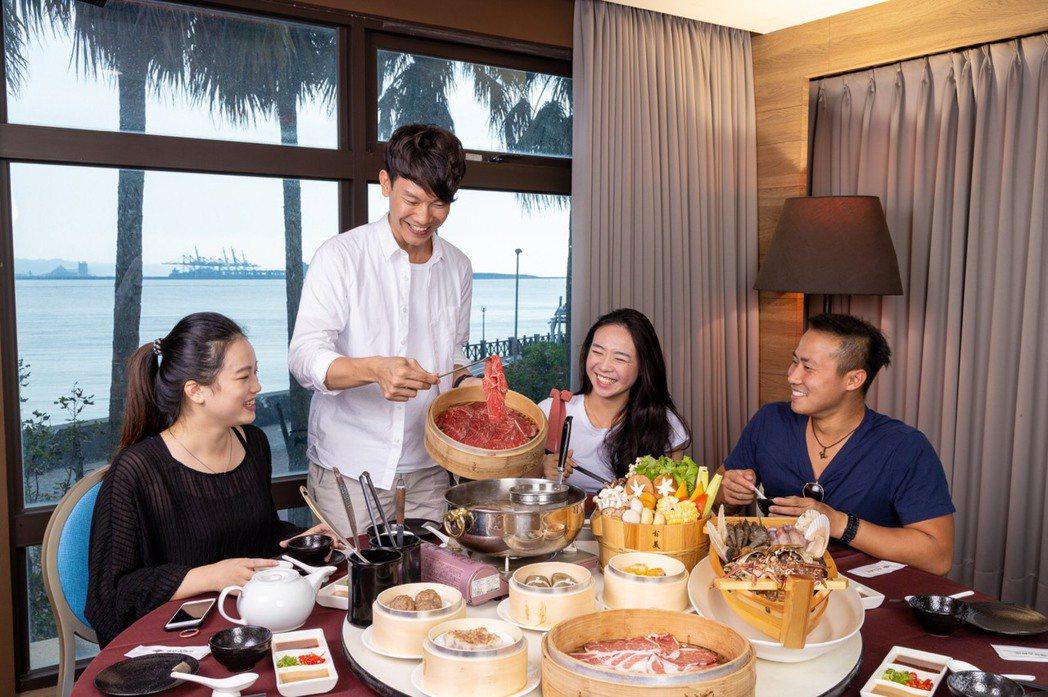 搶食火鍋大餅,淡水福容飯店內的阿基師潮餐廳在10月正式開幕,主打頂級火鍋。淡水福...