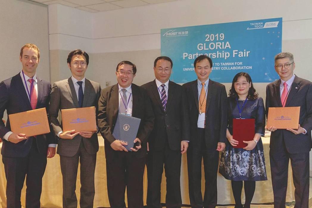 GLORIA於美東與海外企業簽訂4件產學合作案。(左起:Cambridge Bl...