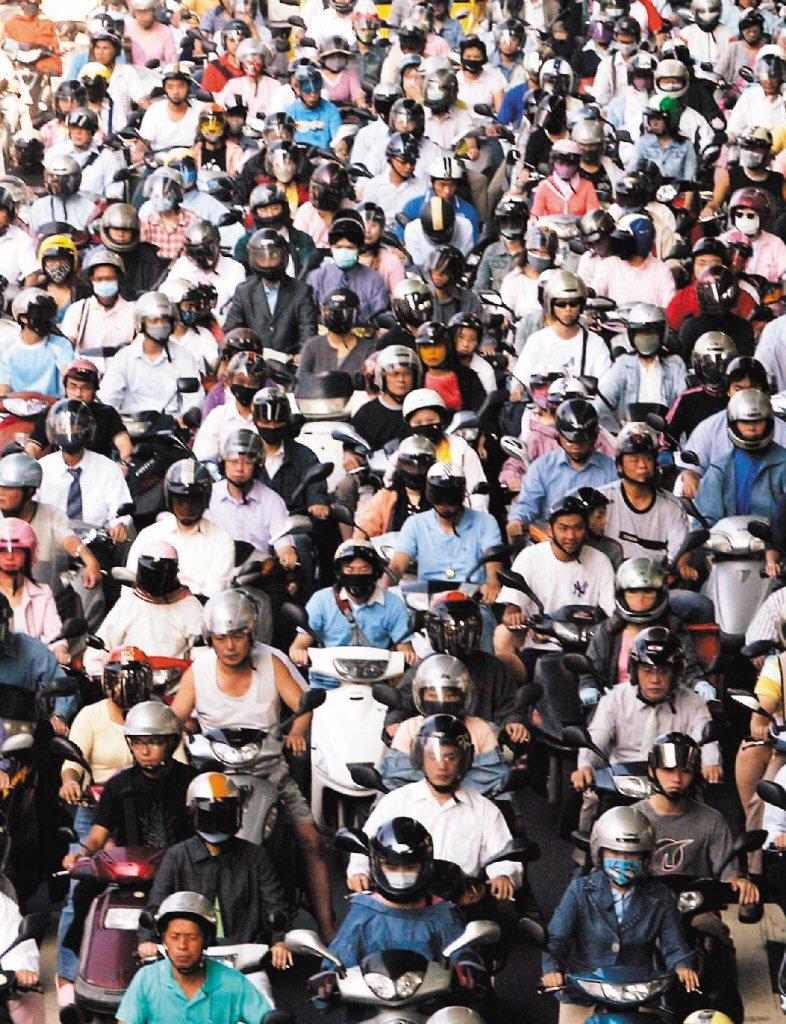 有網友在PTT發問真正的台北人都不騎機車嗎?多數網友認為,大部分機車都是從新北或外縣市來的。圖/聯合報系資料照