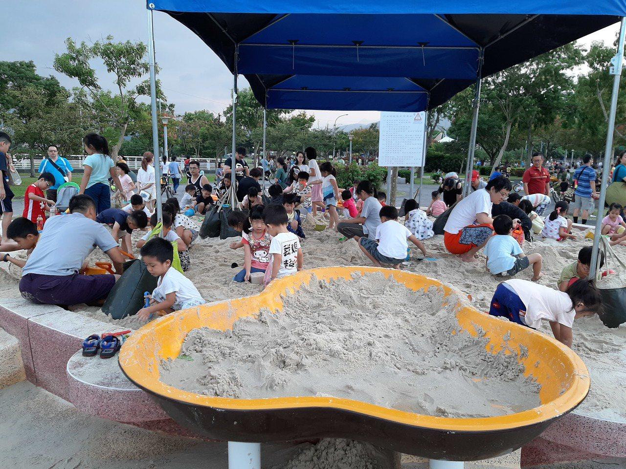 新店陽光運動公園新增向日葵造型沙坑,孩童不用進入沙灘排球區玩沙。圖/新北市高管處...